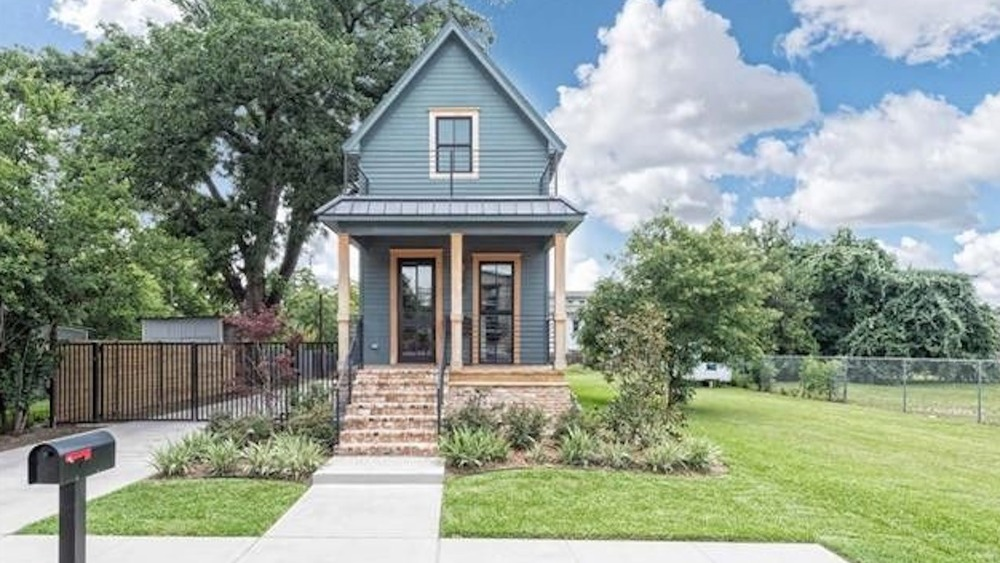 The exterior of the Shotgun House from Fixer Upper