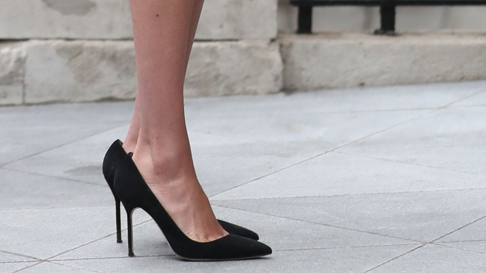 Here S Why Meghan Markle S Shoes Are Two Sizes Too Big